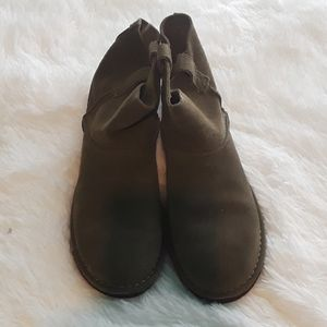 Size 9 olive green ugg boots